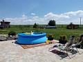 Pohľad na bazén so záhradou.