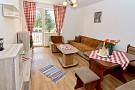 Apartmán č.1 na prízemí, obývacia izba s balónom a výhľadom na Tatry.